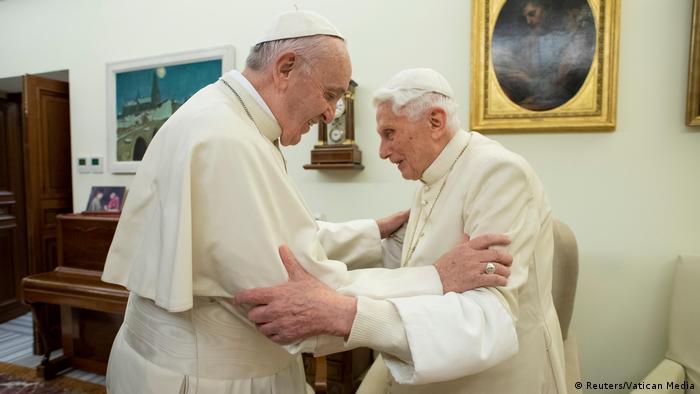 Papa Francisco e seu antecessor, papa emérito Bento 16, se abraçam