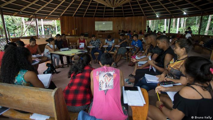 Estudantes durante aula no projeto piloto da primeira Universidade da Floresta, localizada na Reserva de Desenvolvimento Sustentavel Uacari.