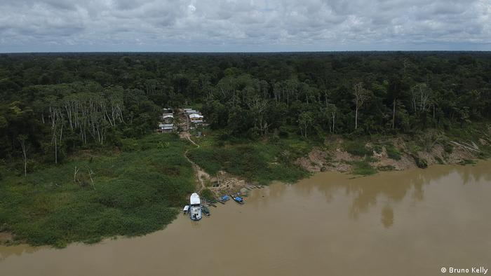 El Río Jaruá nace en la cordillera de Contamana, en Perú, a 453 metros de altitud, atraviesa el estado de Acre y desemboca en el río Solimões, Amazonas.