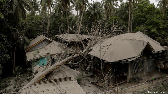 Casas cobertas de cinzas e danificadas por queda de árvore