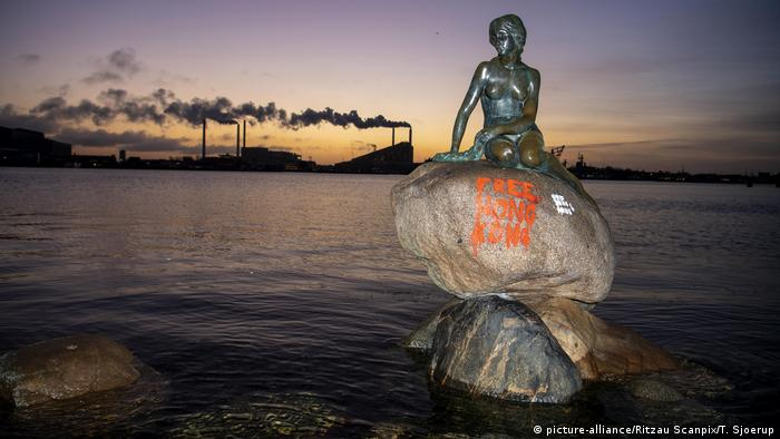 The Little Mermaid statue in Copenhagen depicted with pro-Hong Kong graffiti (picture-alliance/Ritzau Scanpix/T. Sjoerup)