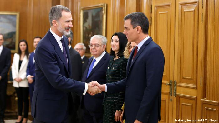 El rey Felipe VI saluda al presidente español, Pedro Sánchez, en el Palacio de la Zarzuela. (13.01.2020).
