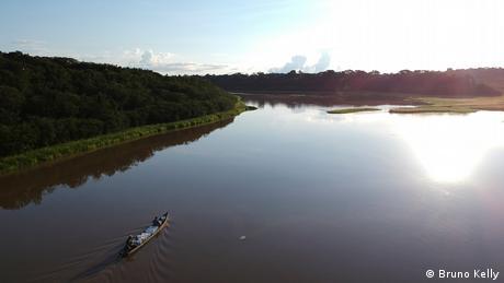Canoa sobre rio tranquilo