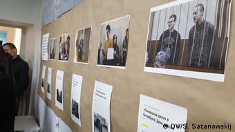 Плакаты, рассказывающие о деле Сети