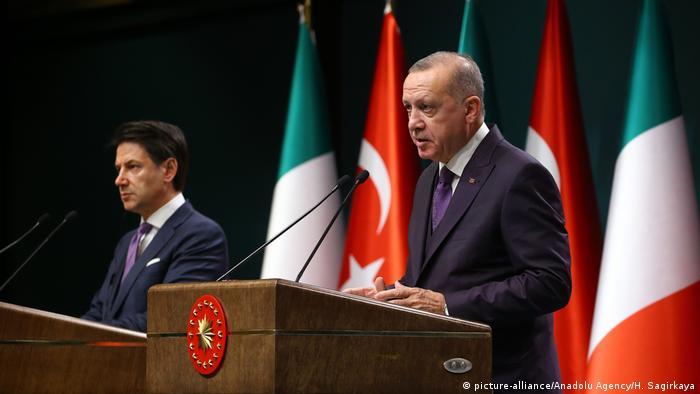 Premier Włoch Giuseppe Conte (z l.) i prezydent Turcji Recep Tayyip Erdogan mają nadzieję na trwałe zawieszenie broni w Libii