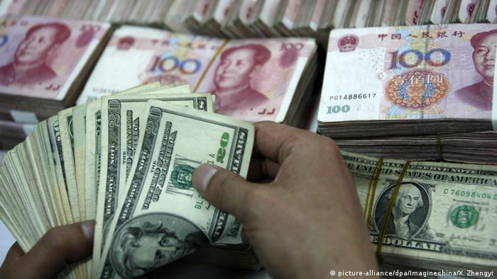 Symbolbild Dollar Yuan Währung Wechselkurs (picture-alliance/dpa/Imaginechina/X. Zhengyi)