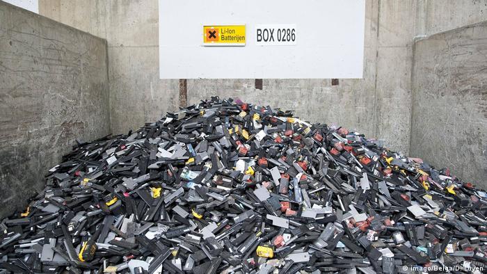 Alte Lithium-Ionen Batterien, die recycelt werden sollen von der Firma Umicore