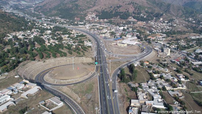 Proyek jalan tol Karakorum Highway (KKH) di Pakistan, bagian dari proyek Koridor Ekonomi Cina-Pakistan