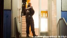 14.01.2020, Berlin: Einsatzkräfte der Polizei stehen im Hausflur eines Mehrfamilienhauses in Marzahn-Hellersdorf. Am frühen Morgen schwärmten die Ermittler in mehreren Bundesländern aus. Grund für die Durchsuchungen ist der Verdacht auf Vorbereitung einer schweren staatsgefährdenden Gewalttat. Foto: Dennis Brätsch/dpa | Verwendung weltweit