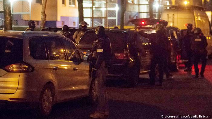 Authorities take part in a raid in Berlin against suspects believed to be planning an attack (picture-alliance/dpa/D. Brätsch)