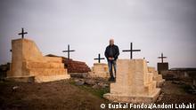 Northeastern Syria, Jan. 2020+++Edmon Lunan, one of the few Christians left in Tel Hafyan poses from the village´s tiny graveyard. (c) Euskal Fondoa/Andoni Lubaki