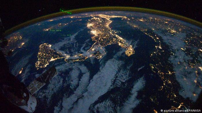 Satellitenaufnahme des Lichtermeers in Italien