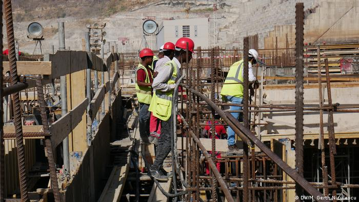 Workers standing on the construction site of the Grand Ethiopian Dam (DW/M. Gerth-Niculescu)