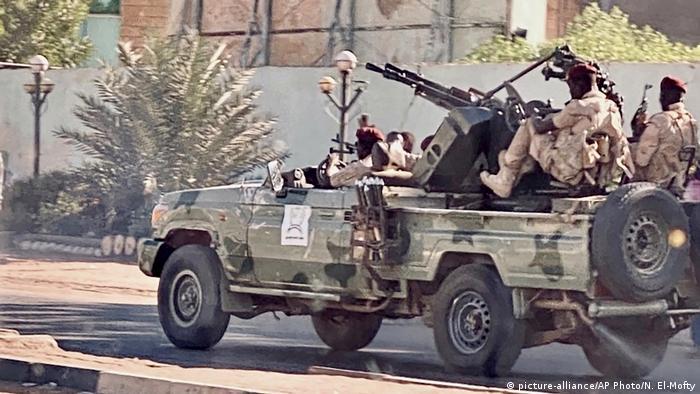 وحدات من الجيش السوداني تجوب شوارع الخرطوم.