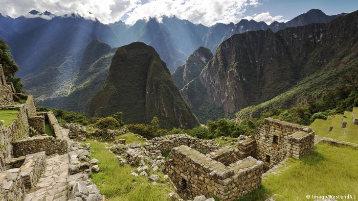 Las autoridades peruanas dicen que un grupo de turistas se escondió y pasó la noche ilegalmente en el restringido segmento del Templo del Sol, en Machu Picchu. Según los investigadores, uno de los turistas había defecado entre las ruinas.