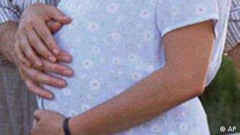Schwangere Frau hält ihren Bauch