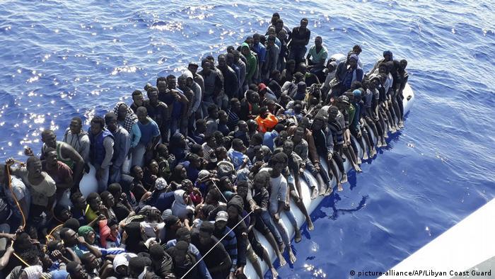 Embarcation chargée de migrants au large de la Libye, le 24 juin 2018