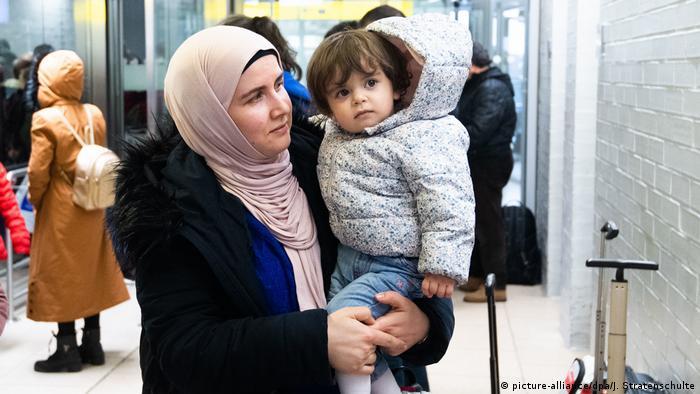 هذه الطفلة ووالدتها وصلتا إلى ألمانيا قادمتين من تركيا في كانون الثاني/يناير 2020، مع 245 لاجئاً آخر في إطار اتفاق أوروبي تركي.