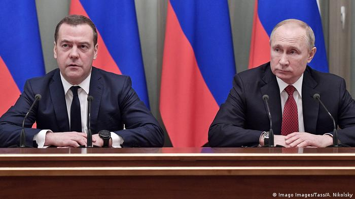 Ao lado de Putin, primeiro-ministro Medvedev anuncia renúncia