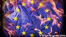 Europa-Fahne in Flammen, Symbolfoto Europa nach dem Brexit-Votum Europe Flag in Flames Symbolic image Europe after the Brexit Vote