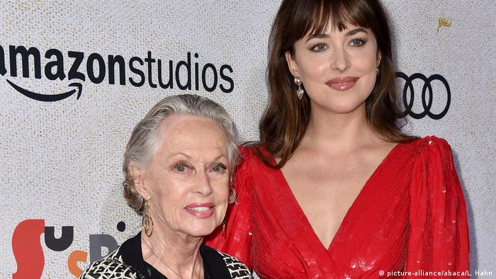 Stolze Oma: Tippi Hedren mit ihrer Enkelin, der Schauspielerin Dakota Johnson, bei der Filmpremiere von Suspiria (2018) (picture-alliance/abaca/L. Hahn)