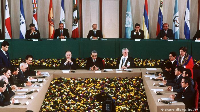 Foto del evento de la firma de los Acuerdos de Paz de El Salvador en México