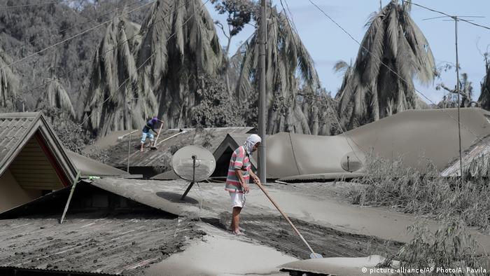 Пепловый дождь в районе вулкана Тааль на Филиппинах, 14 января 2020 года