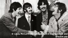 Wichtige Hinweise zur Verwendung der Abbildungen: Die Motive dürfen ausschließlich für die aktuelle Berichterstattung im Rahmen der Ausstellung LINDA McCARTNEY unter Hinweis auf das Copyright verwendet werden (ab 3 Monate vor Ausstellungsbeginn bis 6 Wochen nach Ende der Ausstellung). Zudem dürfen die Bilder nur vollständig und unverändert verwendet werden. Fotografin unter Musikern LINDA McCARTNEY – The Sixties and more 19. Januar bis 3. Mai 2020 ++++++09 The Beatles, London, 1967 © Paul McCartney/Fotografin Linda McCartney/Courtesy Sammlung Reichelt und Brockmann