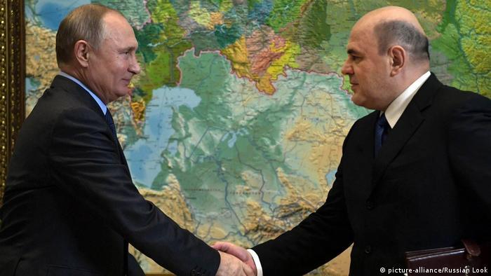 Putin (esq.) indicou Mishustin após apresentar controversa proposta de reforma da Constituição