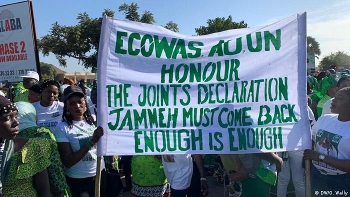 Supporters of Yahya Jammeh (DW/O. Wally)