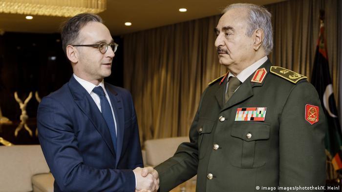 Ministro alemão do Exterior, Heiko Maas, e general líbio Khalifa Haftar