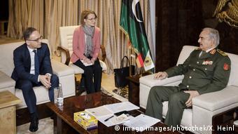 Στη συνάντηση με τον κ. Μάας την Πέμπτη ο κ. Χάφταρ φαίνεται να υποσχέθηκε τη συμμετοχή του στη διάσκεψη του Βερολίνου. Αλλά θα έρθει;