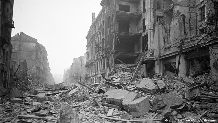 Ulica Marszałkowska w Warszawie w lutym 1945 r.