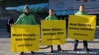 Manifestantes receberam a ministra diante do local do evento em Berlim