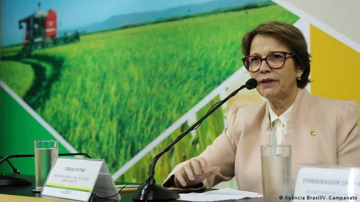 Ministra brasileira da Agricultura, Tereza Cristina, fala ao microfone