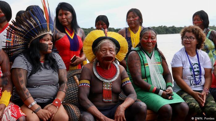 Sonia Guajajara, líder indígnea brasileña (izqda.) y el cacique Raoni.