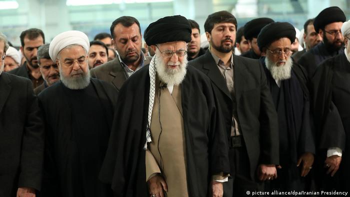 Ajatolah Khamenei i predsjednik Irana Hassan Ruhani u zajedničkoj molitvi.