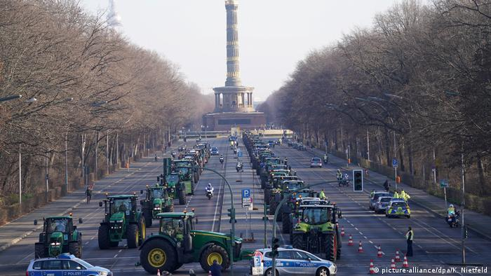 Germany: Thousands of farmers protest in Berlin