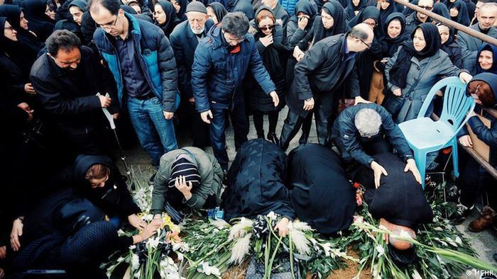 سوگواری خانواده چهار قربانی سقوط هواپیمای اوکراینی در مراسم خاکسپاری آنان در همدان