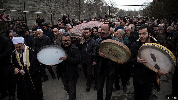 مراسم تشییع قربانیان هواپیمای اوکراینی در برخی شهرهای ایران با شعارهای ضد حکومتی همراه شد