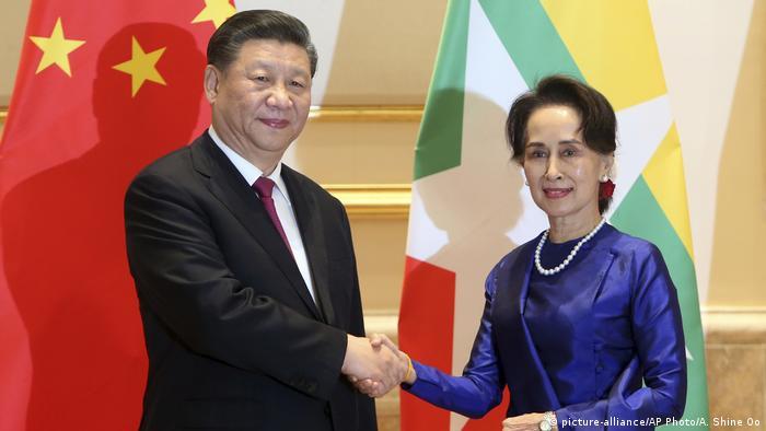 Mynmar   Xi Jinping mit Aung San Suu Kyi (picture-alliance/AP Photo/A. Shine Oo)