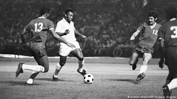 Pelé jogando com o uniforme do Santos