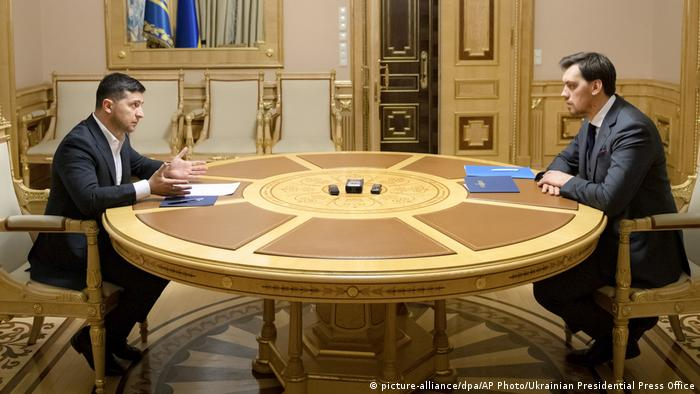 Ukrainian President Volodymyr Zelenskiy, left, talks with Ukraine's Prime Minister Oleksiy Honcharuk (picture-alliance/dpa/AP Photo/Ukrainian Presidential Press Office)