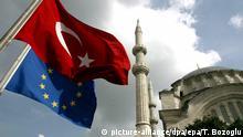 ARCHIV- ILLUSTRATION - Die türkische und die europäische Flagge wehen vor der Nuruosmaniye-Moschee in Istanbul (Archivfoto vom 04.10.2005). (zu dpa Thema: Referendum Türkei) Foto: epa Tolga Bozoglu/EPA/dpa +++(c) dpa - Bildfunk+++ |