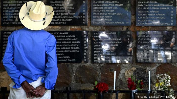 Foto de campesino en el monumento a las víctimas de El Mozote.