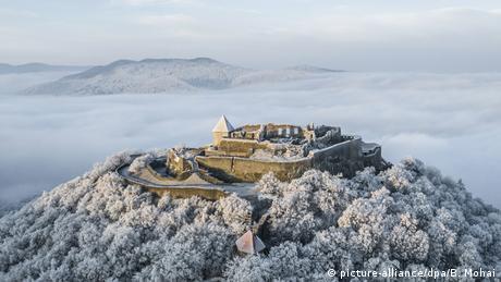 Građen je za odbranu od Tatara, ali je bio poprište više krvavih bitaka protiv Osmanlija - Gornji zamak iznad Višegrada u Mađarskoj. Ovdje, nadomak granice sa Slovačkom, Dunav pravi zavoj pod uglom od 90 stepeni. To je jedan od najljepših predjela Mađarske koji privlači mase turista. U zamku su danas postavljene brojne izložbe.