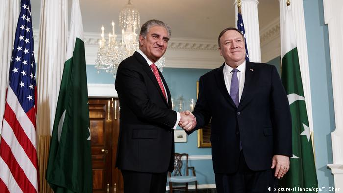 Mike Pompeo USA und Shah Mahmood Qureshi Pakistan (picture-alliance/dpa/T. Shen)