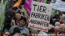 Deutschland l Demonstration für Agrarwende in Berlin - Plakat: Tierfabriken abschaffen