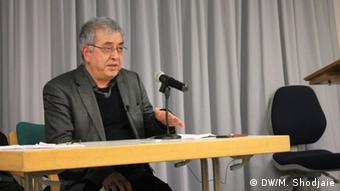 Deutschland l Feierlichkeit im Namen des iranischen Schriftstellers Eshkewari - Reza Nikfar (DW/M. Shodjaie)