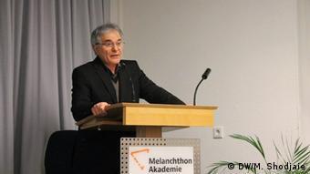 Deutschland l Feierlichkeit im Namen des iranischen Schriftstellers Eshkewari - Mohsen Talghorizaeh (DW/M. Shodjaie)